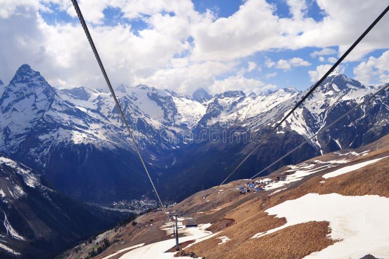 山风景和绳索的看法:山脉,白色云彩 免版税图库摄影