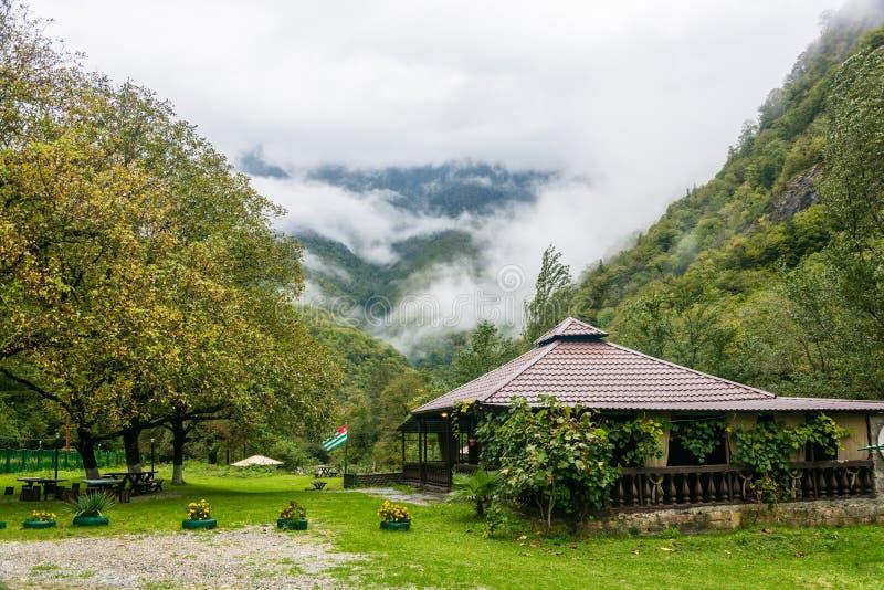 山风景在一多云天 阿布哈兹 库存图片