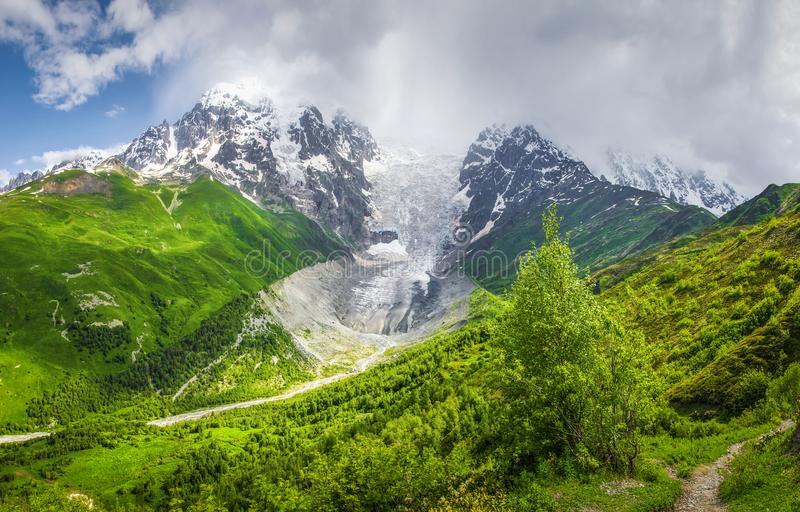 山风景在晴朗的夏日 登上Tetnuldi和冰川Lardaad Svaneti山和青山 免版税图库摄影