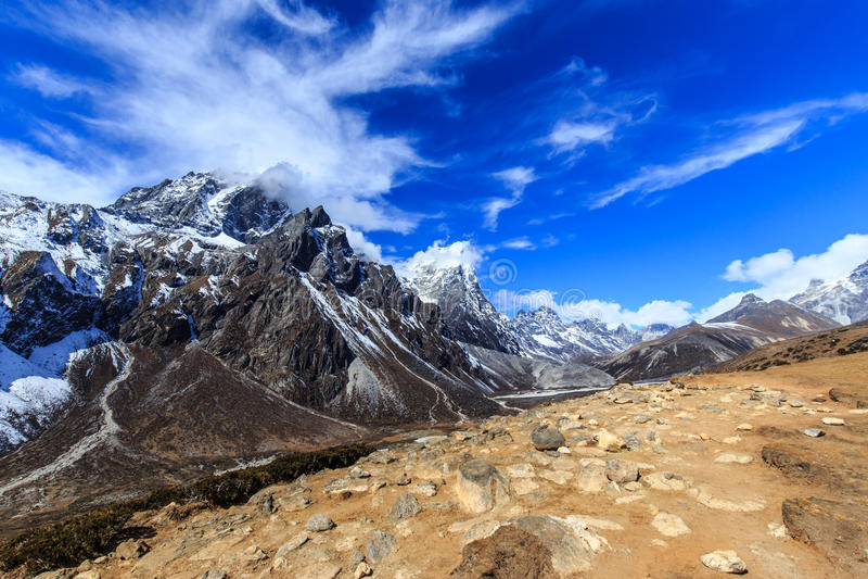 山风景在有积雪的峰顶的喜马拉雅山 库存图片