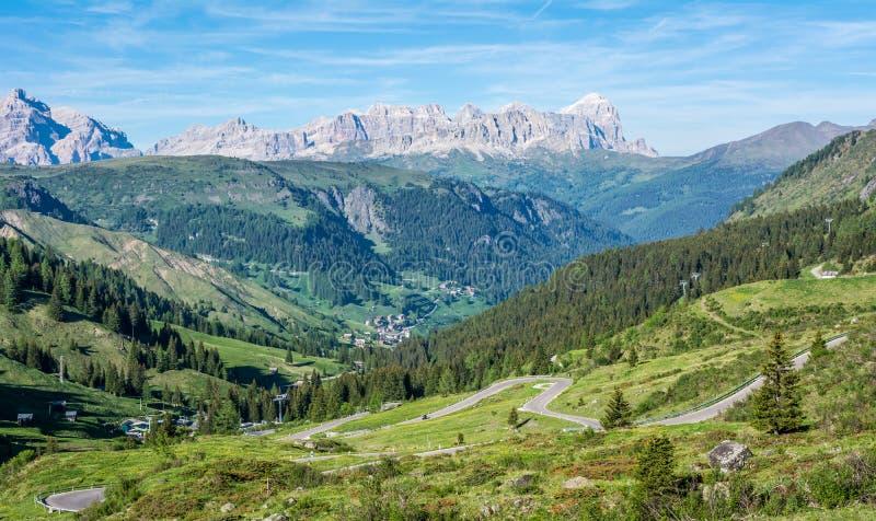 山风景在特伦托自治省女低音阿迪杰的夏天 从Passo洛尔,意大利白云岩,特伦托,意大利的看法 山路- serp 免版税库存图片