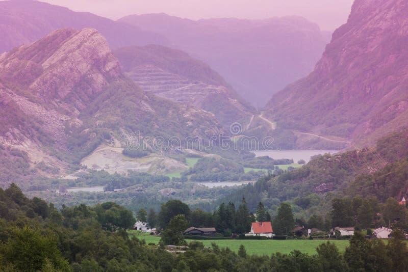 山风景挪威,五颜六色的天空和房子在秋天 库存图片