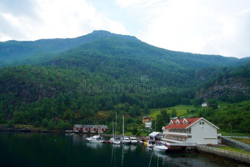 山风景的海港口在Flam,挪威 游艇和风船在海港 冒险和发现 旅行癖 库存照片