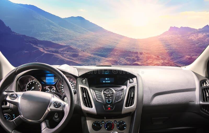 山风景的看法从汽车的通过挡风玻璃 免版税库存图片