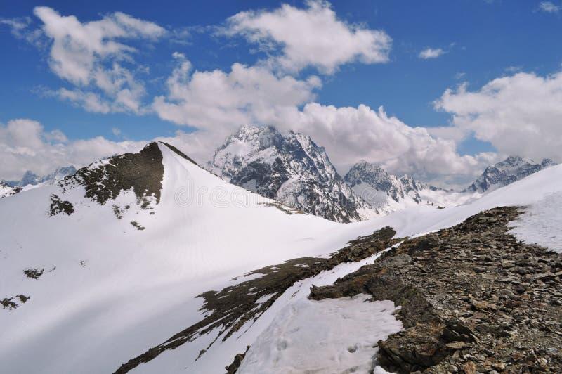 山风景的美丽的景色:山脉,白色云彩 图库摄影