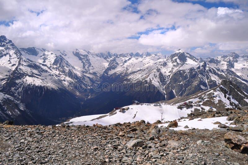 山风景的美丽的景色:山脉,白色云彩 免版税图库摄影