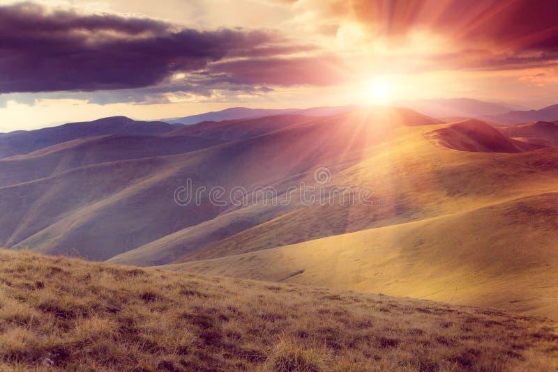 山风景看法与五颜六色的小山的在日落 免版税库存照片