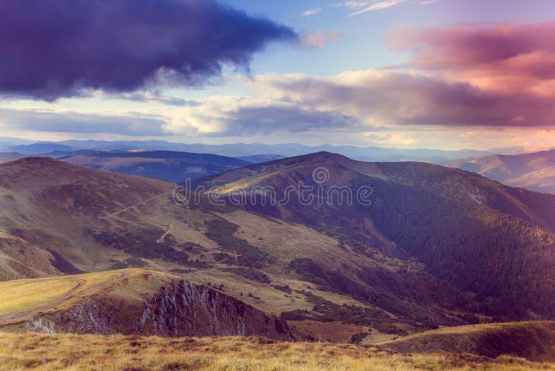 山风景看法与五颜六色的小山的在日落 图库摄影