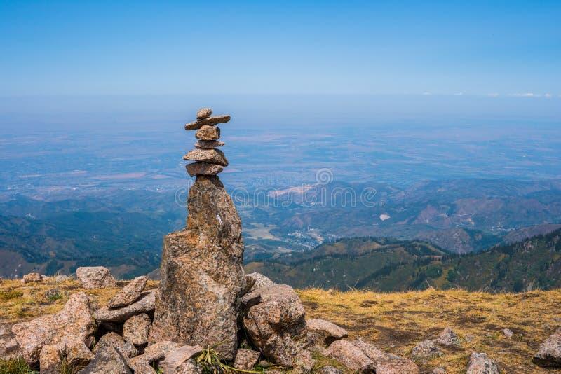 山风景看法从Furmanov峰顶的在阿尔玛蒂r 库存图片