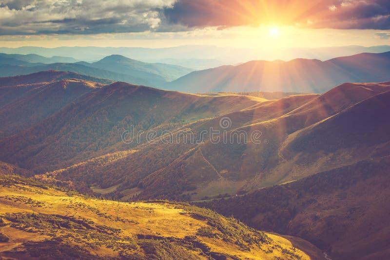 山风景看法,与五颜六色的小山的秋天风景在日落 免版税库存图片