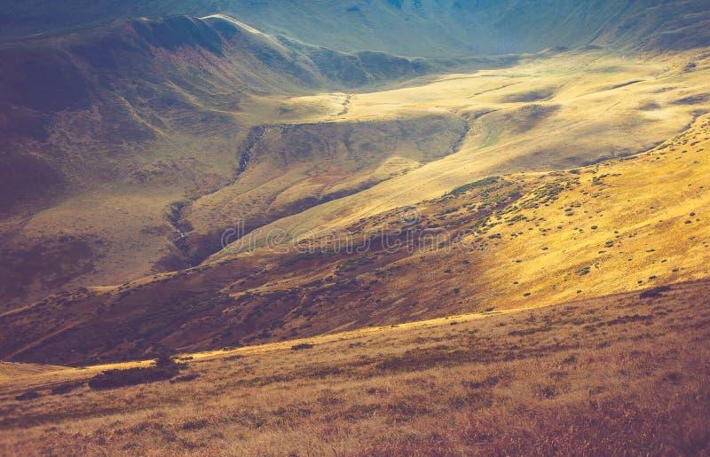 山风景看法,与五颜六色的小山的秋天风景在日落 免版税库存照片