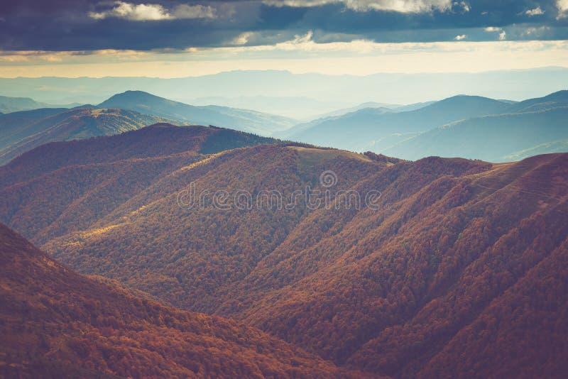 山风景看法,与五颜六色的小山的秋天风景在日落 免版税图库摄影