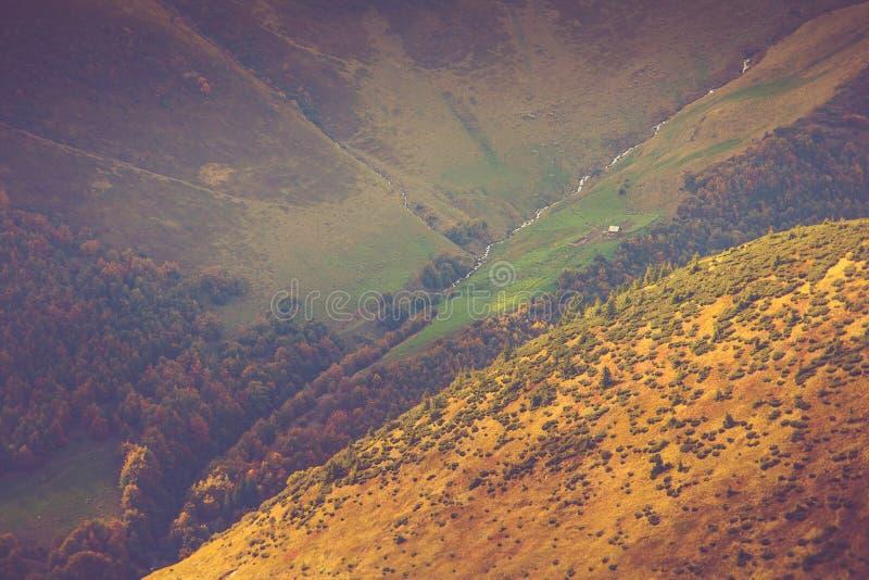 山风景看法,与五颜六色的小山的秋天风景在日落 库存照片