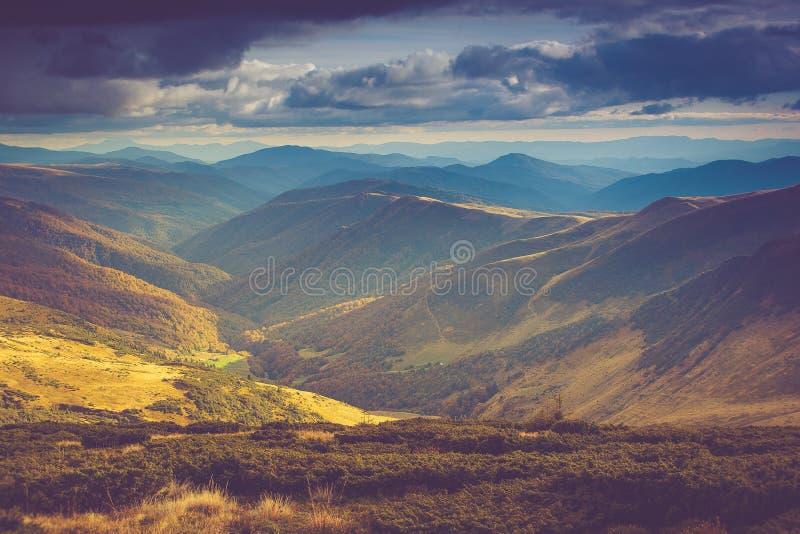 山风景看法,与五颜六色的小山的秋天风景在日落 图库摄影