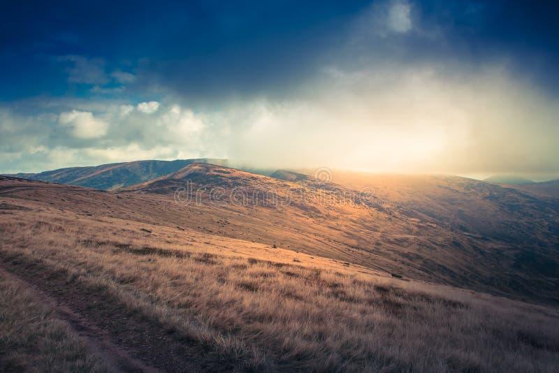 山风景看法,与五颜六色的小山的秋天风景 库存照片