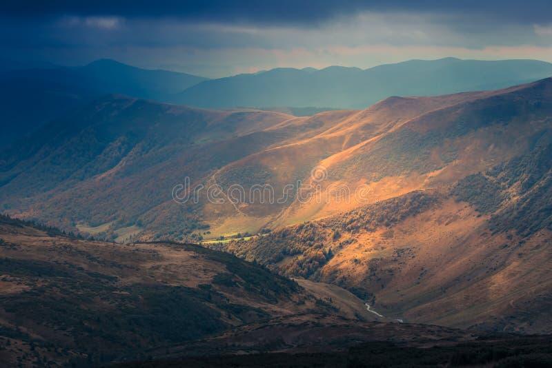 山风景看法,与五颜六色的小山的秋天风景 库存图片