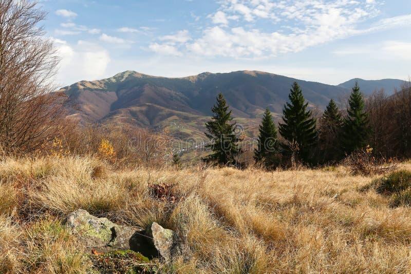 山风景秋天 与沼地的山 库存图片