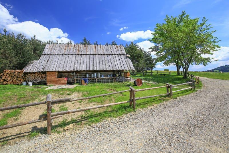 Download 山风雨棚的看法在Pieniny国家公园/波兰 库存图片. 图片 包括有 公园, 农场, 路径, 波兰, 天空 - 72358359
