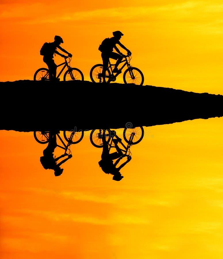 山骑自行车的反射 免版税库存照片