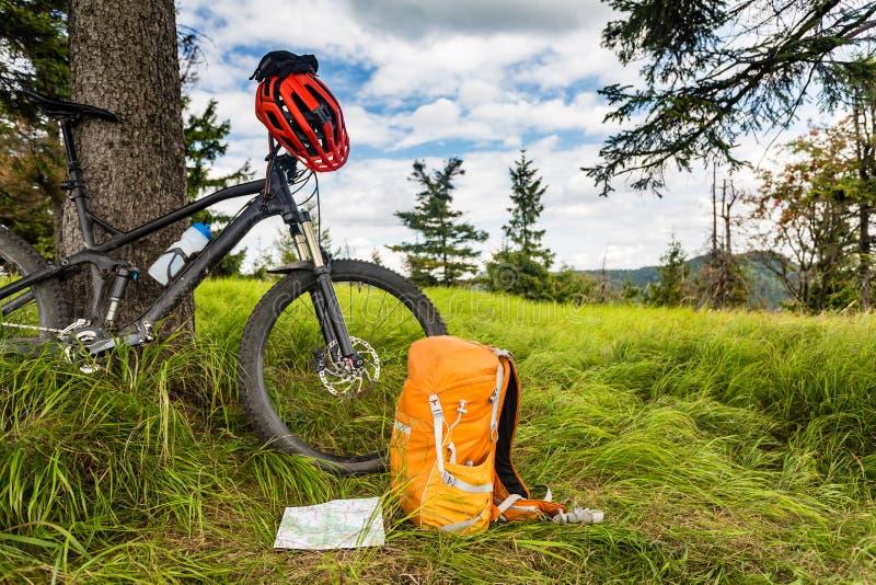 山骑自行车的设备在森林, bikepacking 图库摄影