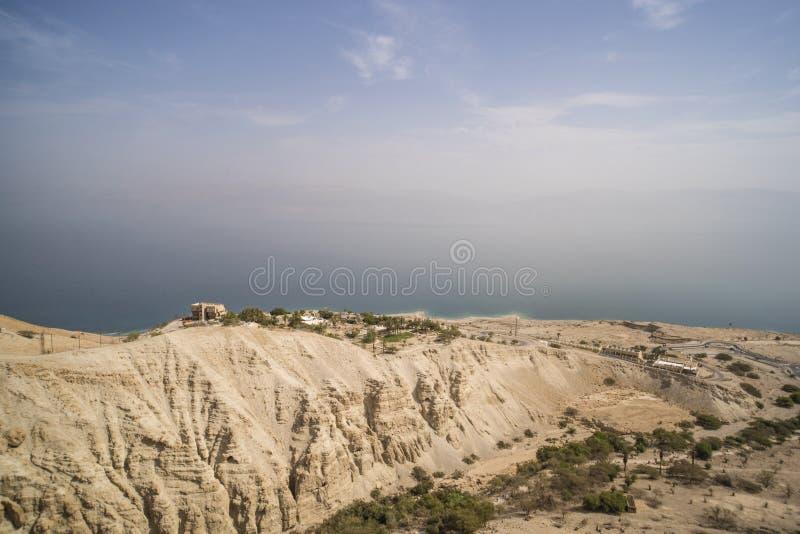 山高原的风景鸟瞰图与人的解决在死海海岸线附近,以色列的 海美丽如画的看法  免版税库存图片