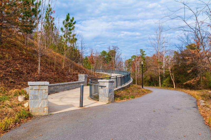 山麓公园足迹和小径对盛大树荫处,亚特兰大,美国 免版税图库摄影