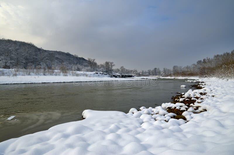 山麓小丘的河 冬天和美好的自然 免版税图库摄影