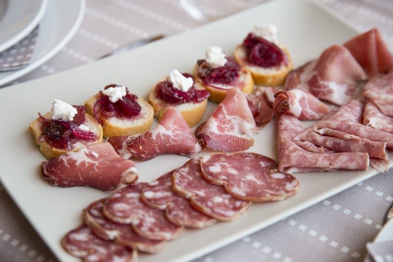山麓山麓地区的典型的开胃菜用被治疗的肉 免版税库存图片