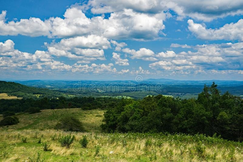山麓谷的山景城 免版税库存照片