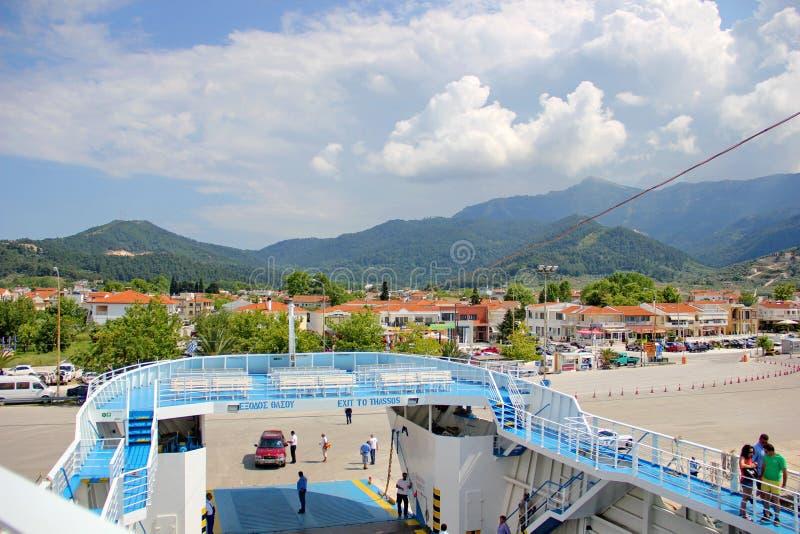 山,多云天空,轮渡到海岛Thassos 免版税库存图片