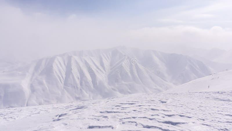 山,早晨,冬天,雪风景 免版税库存图片