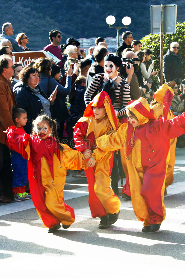 黑山,科托尔- 03/13/2016 :在供人潮笑者服装的孩子  免版税库存图片