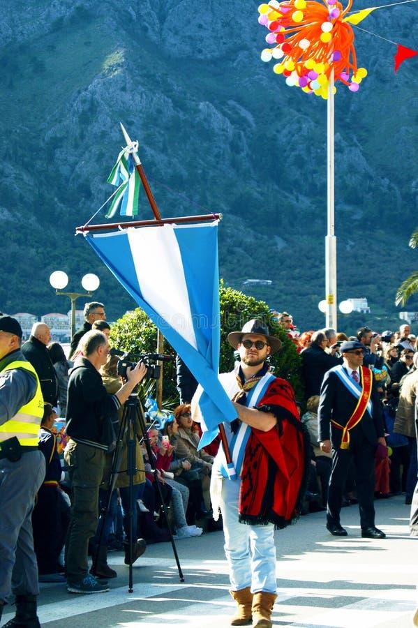 黑山,科托尔- 03/13/2016 :有阿根廷旗子的人 库存照片