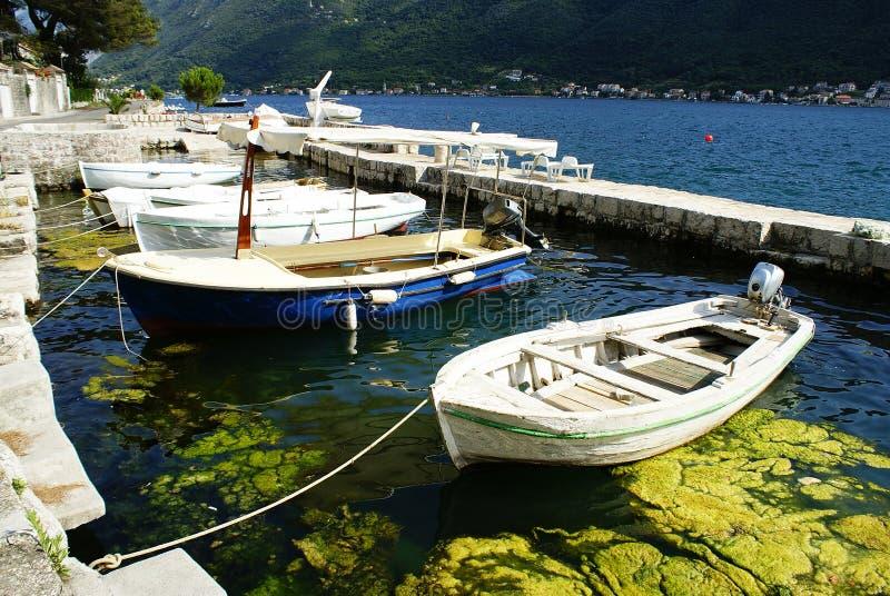 黑山, Perast,白色小船的风景 库存照片