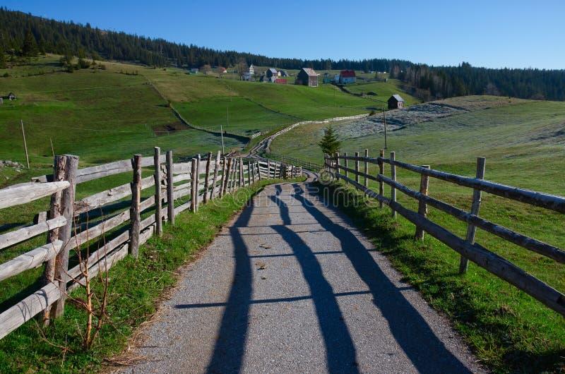 黑山 国家公园杜米托尔国家公园 有路和老篱芭的村庄 图库摄影