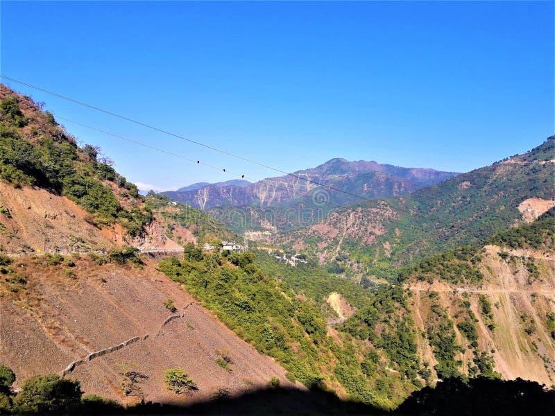 山&天空蔚蓝美丽的景色  库存图片