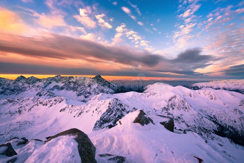 山从峰顶-波兰Tatras的日出全景 库存照片
