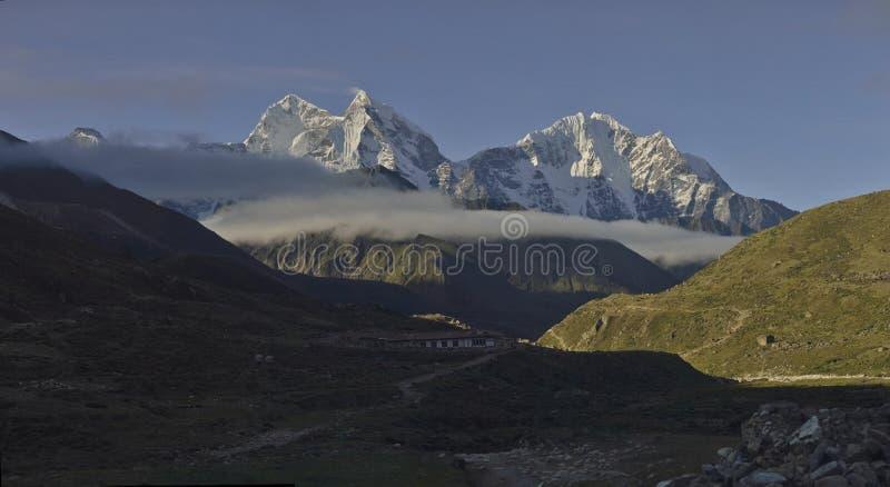 山从Pheriche村庄的Kangtega峰顶Thamserku全景  尼泊尔 免版税库存图片