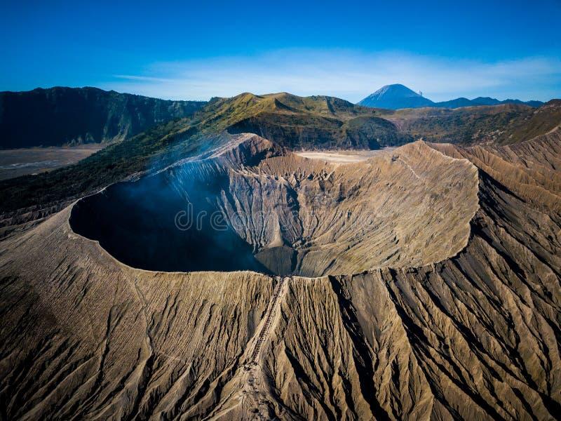 山Bromo活火山火山口在东部Jawa,印度尼西亚 从寄生虫飞行的顶视图 免版税库存照片