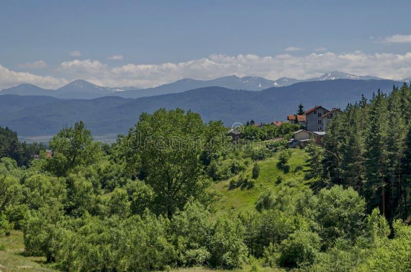 山Plana和美丽的村庄Alino 免版税库存图片