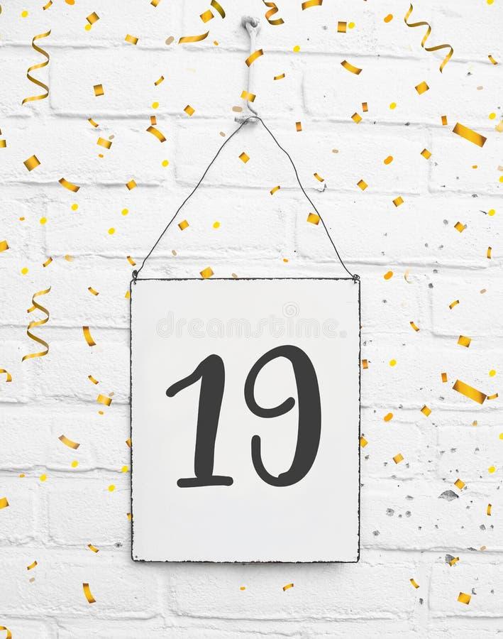 19岁与第十九的生日聚会卡片与golde 免版税库存图片
