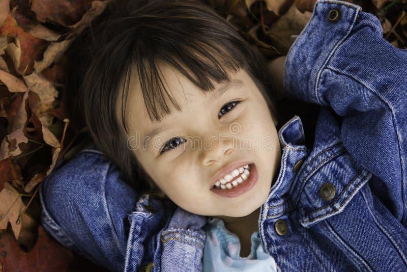 4岁女孩在秋季的特写镜头画象 免版税库存图片