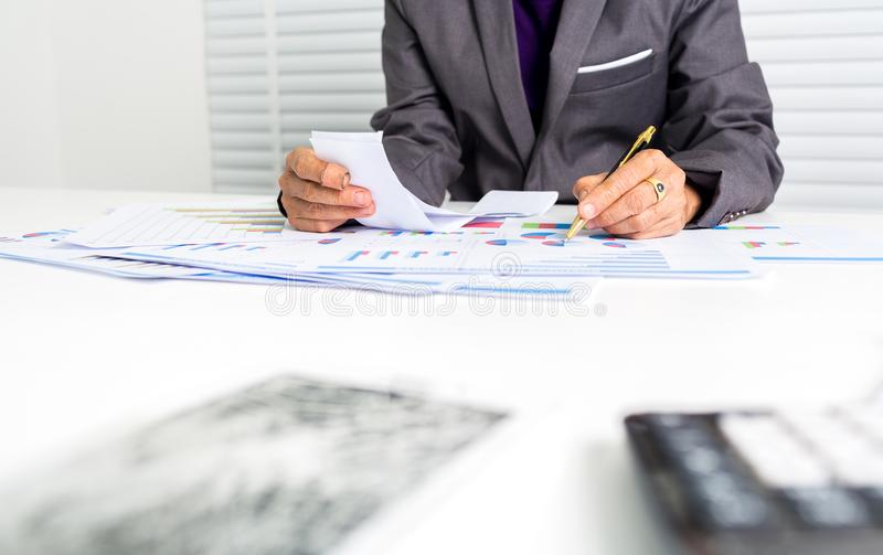 55岁女性女实业家计算的费用 免版税库存图片