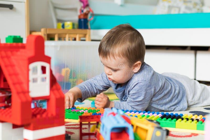 3岁男孩修造lego房子 免版税库存图片