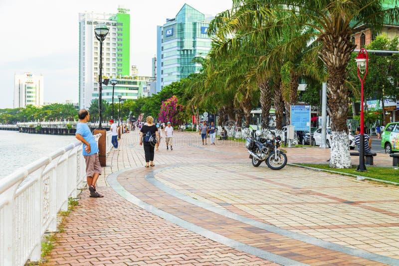 岘港,越南- 2019年6月23日:汉江堤防 有路灯到底的空的鹅卵石边路,扶手栏杆, 图库摄影