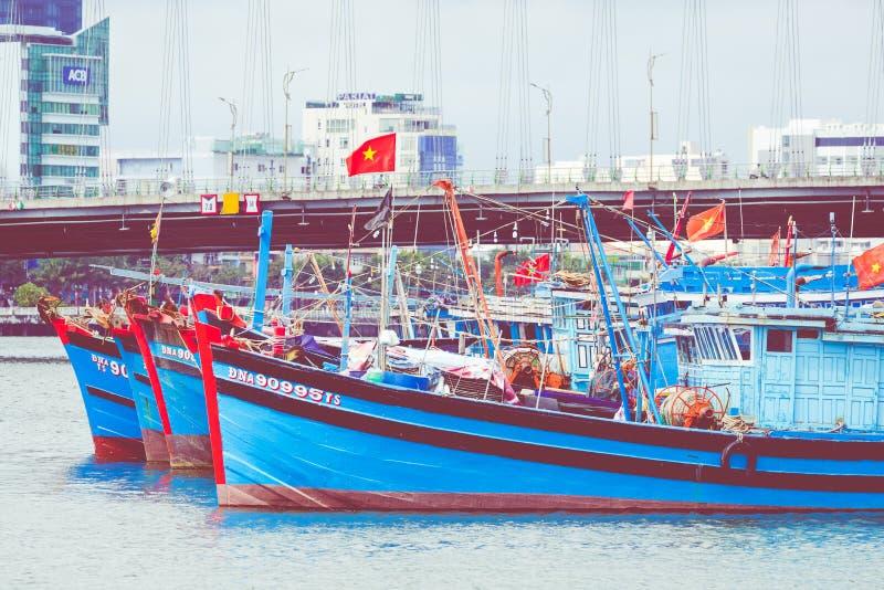 岘港,越南- 2018年11月25日:蓝色小船和龙brid 免版税库存照片