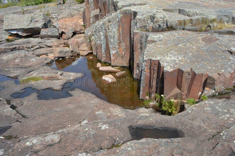 岩层伟大的苏必利尔湖畔海岸线盛大marais 库存图片