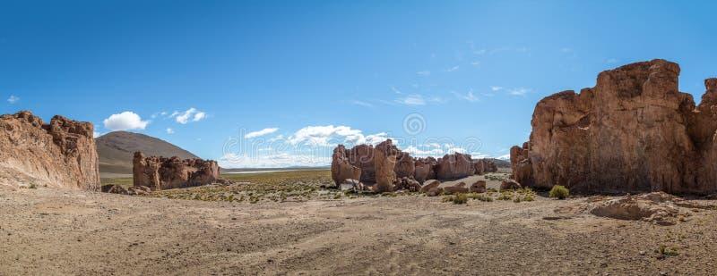 岩层全景在Bolivean altiplano -波托西部门,玻利维亚的 库存照片