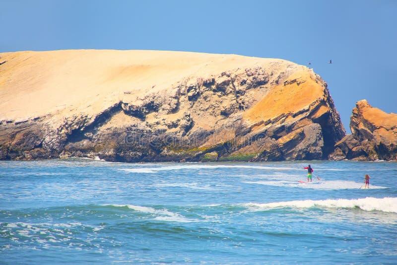 岩层和波浪在蓬塔埃尔莫萨,秘鲁 免版税库存照片