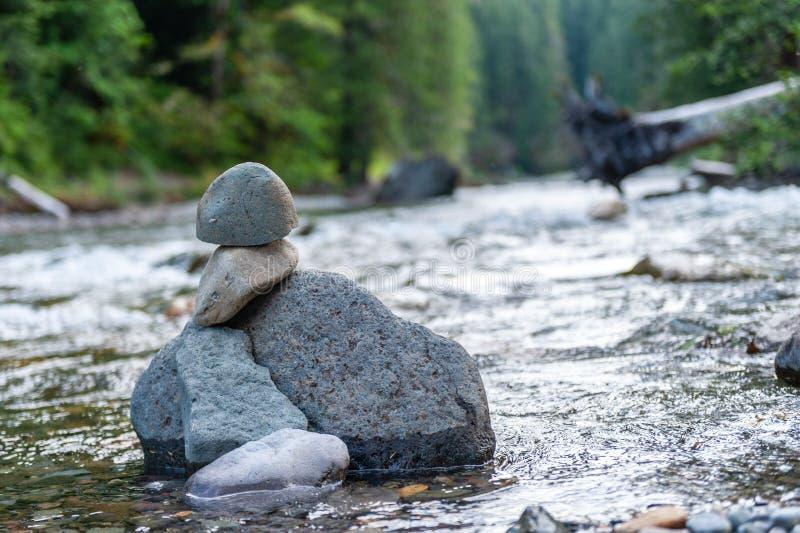 岩层在河 图库摄影